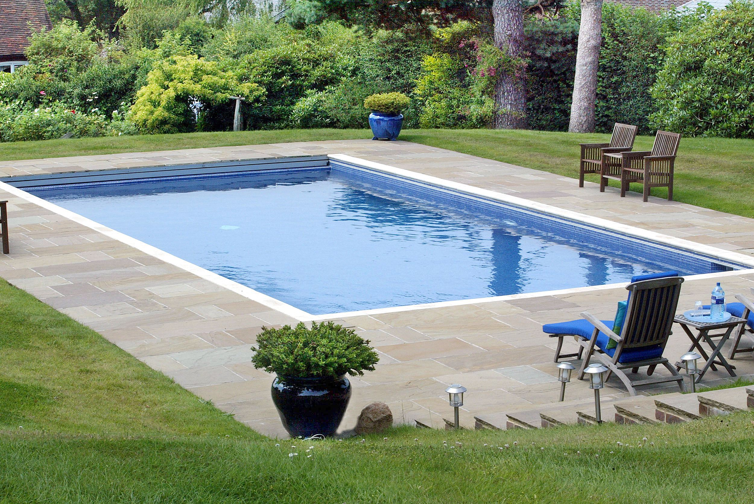 Comment bien integrer votre piscine a votre jardin le for Piscine jardin rectangle
